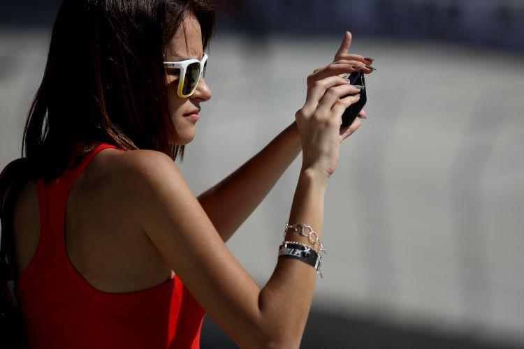 Torcedora tira foto do treino da Fórmula Indy no Anhembi