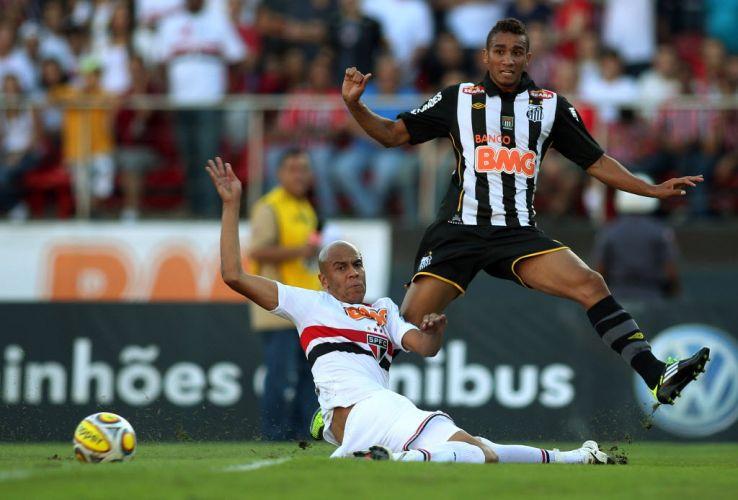 Danilo é marcado por Alex Silva na partida entre São Paulo e Santos