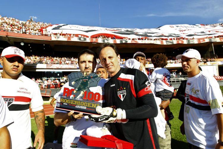 Rogério Ceni é homenageado pela torcida antes da partida entre São Paulo e Santos