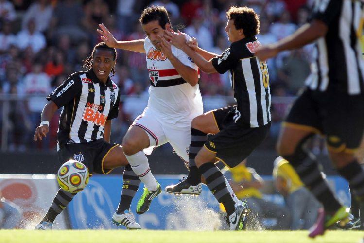 Ilsinho é marcado por Elano e Arouca durante o jogo entre São Paulo e Santos