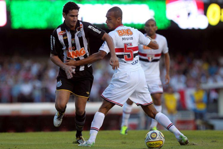 Ganso é marcado por Miranda durante o jogo entre São Paulo e Santos