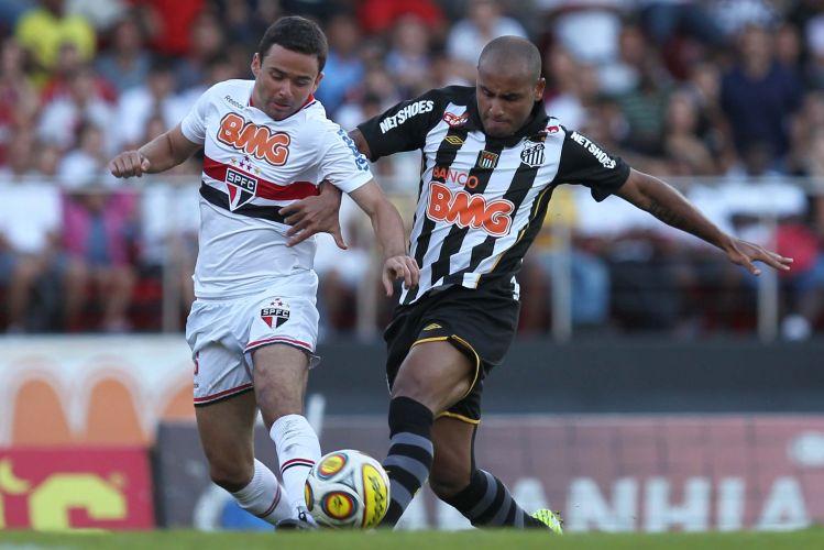 Jonathan é marcado por Juan durante o jogo entre São Paulo e Santos