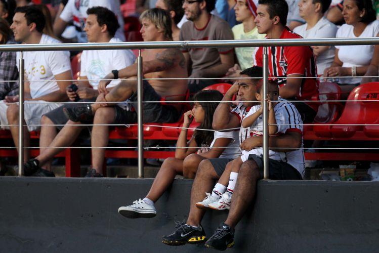 Torcedores do São Paulo lamentam a derrota para o Santos por 2 a 0 nas semifinais do Paulistão