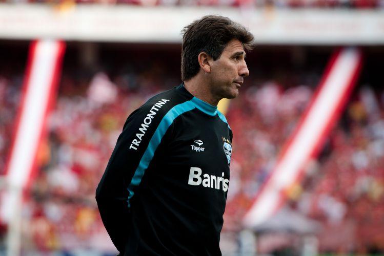 Renato Gaúcho faz cara de insatisfeito ao ver o Grêmio sofrer o primeiro gol do Inter na decisão do segundo turno do Campeonato Gaúcho.