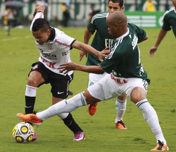Dentinho tenta passar por Thiago Heleno durante o clássico entre Palmeiras e Corinthians