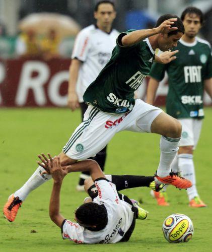 Rivaldo passa pela marcação de Dentinho no duelo entre Palmeiras e Corinthians