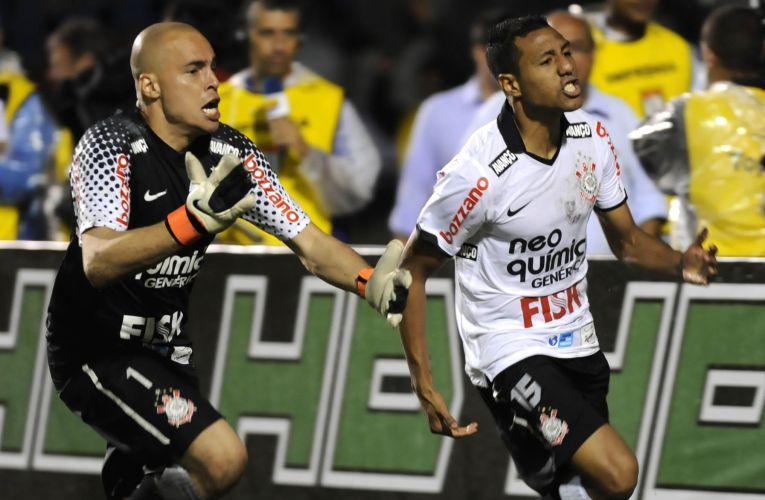 Julio Cesar e Ramirez comemoram a classificação do Corinthians para a final do Paulistão após vitória nos pênaltis sobre o Palmeiras