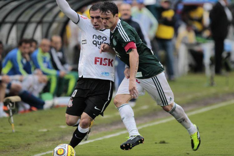 Kleber e Bruno César disputam jogada no duelo entre Palmeiras e Corinthians