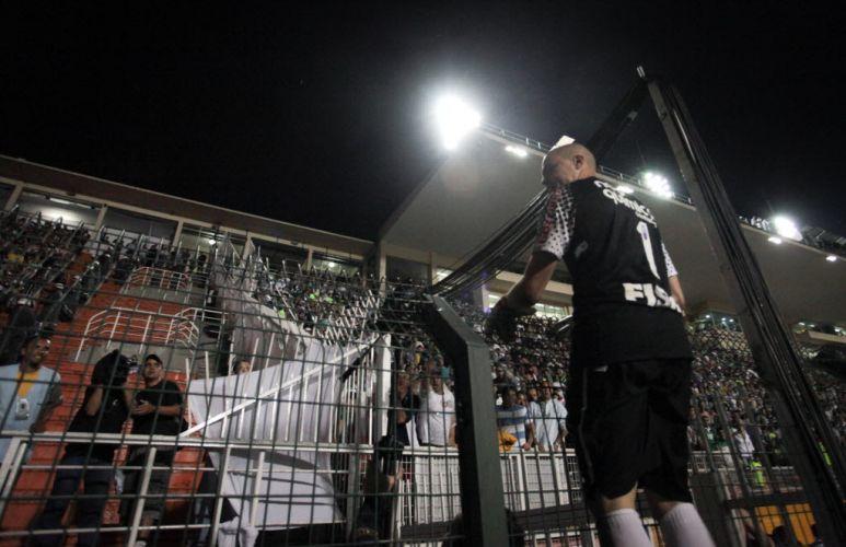 Goleiro Julio Cesar comemora a classificação do Corinthians para a final do Paulistão após eliminar o Palmeiras