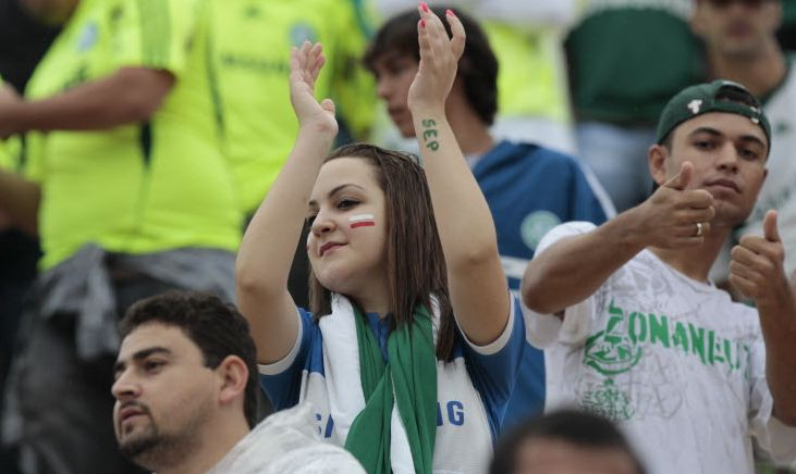 Torcedores do Palmeiras fazem festa no Pacaembu durante o duelo contra o Corinthians