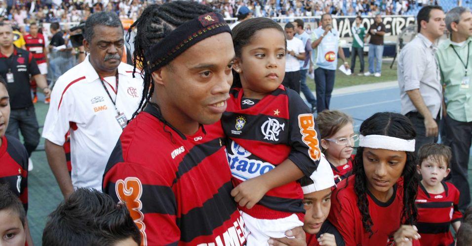 Ronaldinho Gaúcho entra em campo com crianças para o clássico diante do Vasco pela final da Taça Rio