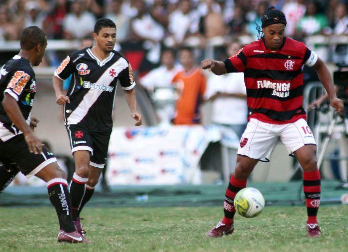 Ronaldinho Gaúcho recebe a bola observado por Éder Luis no clássico diante do Vasco