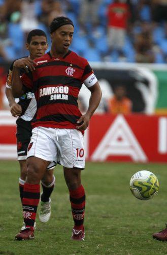 Ronaldinho Gaúcho controla a posse de bola no clássico diante do Vasco