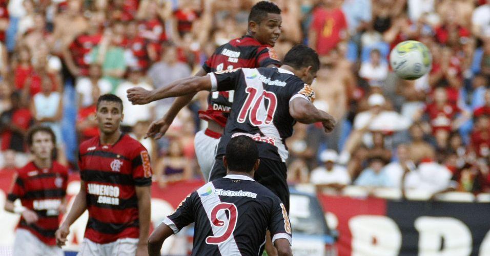 Diego Souza ganha da marcação de David para cabecear no ataque do Vasco contra o Flamengo
