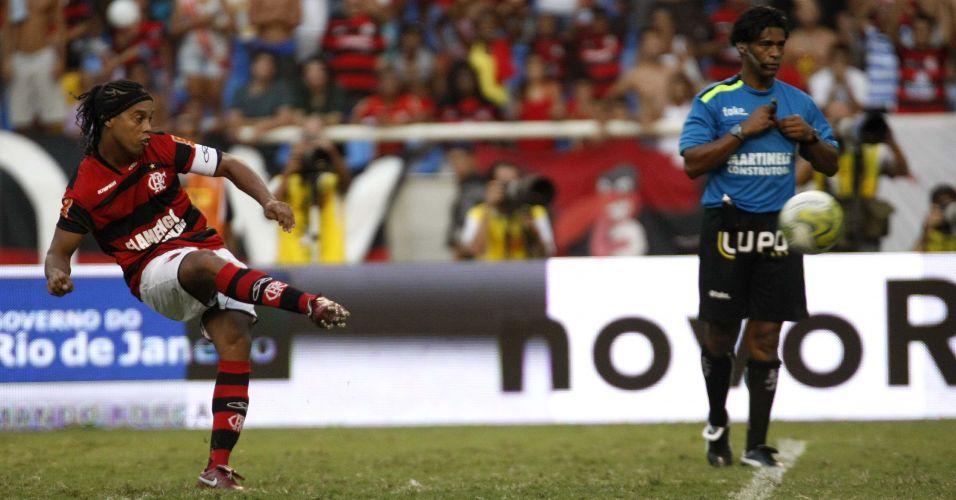 Ronaldinho Gaúcho faz cobrança de falta para o Flamengo no clássico diante do Vasco no Engenhão