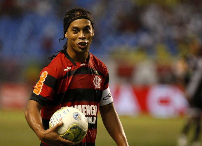 Ronaldinho Gaúcho pega a bola para bater falta no clássico diante do Vasco pela final da Taça Rio