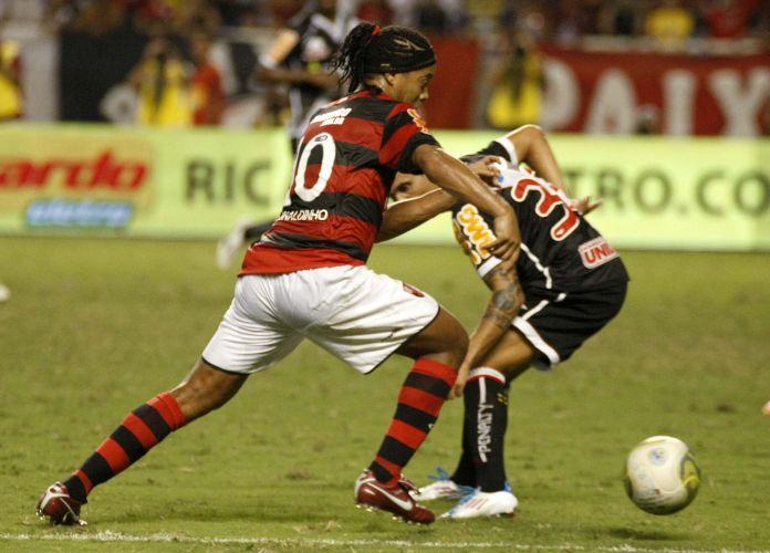 Ronaldinho Gaúcho parte com a bola dominada contra a marcação do Vasco na final da Taça Rio