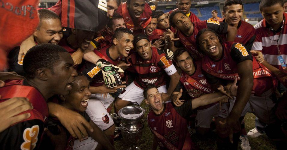 Jogadores do Flamengo posam com a taça após a conquista do título estadual no Engenhão
