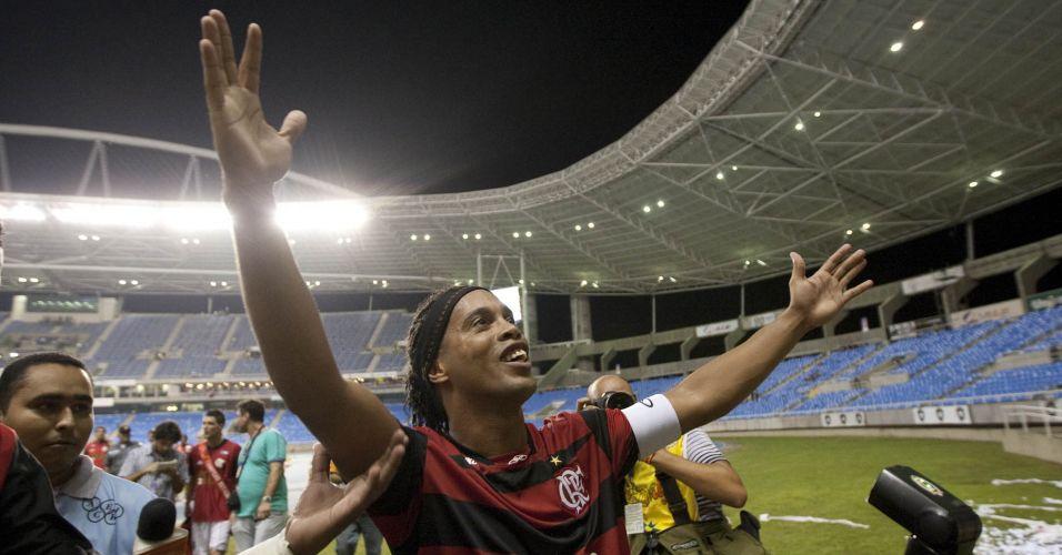 Ronaldinho Gaúcho comemora com a torcida após a conquista do título estadual no Engenhão