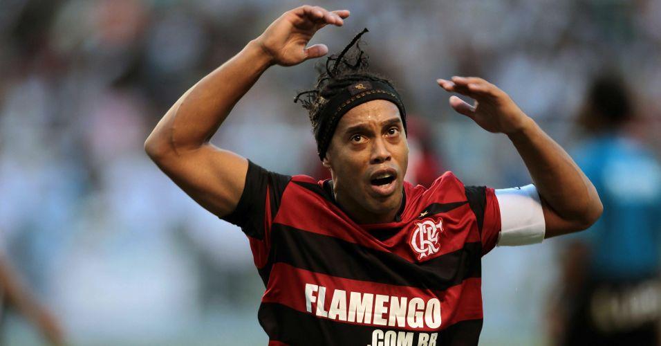 Ronaldinho Gaúcho chama a torcida do Flamengo durante as cobranças de pênaltis do clássico