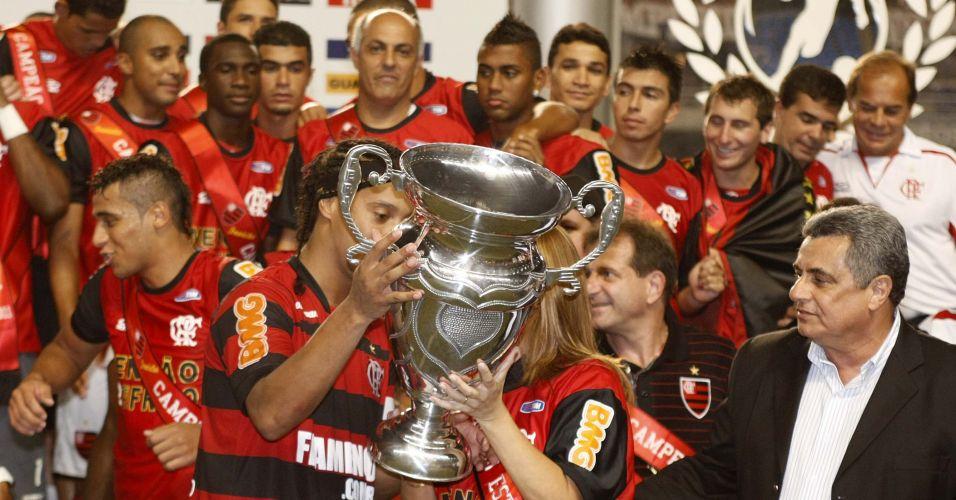 Patrícia Amorim e Ronaldinho Gaúcho seguram o troféu após a conquista do Estadual pelo Flamengo