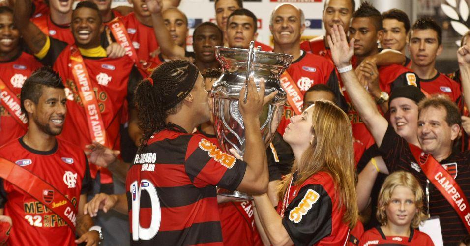 Patrícia Amorim e Ronaldinho Gaúcho beijam o troféu após a conquista do Estadual pelo Flamengo