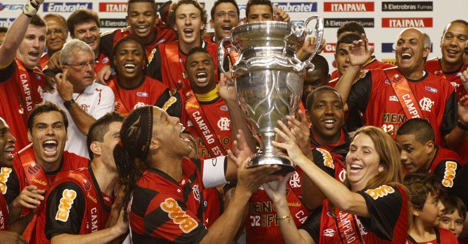 Patrícia Amorim e Ronaldinho Gaúcho erguem o troféu após a conquista do Estadual pelo Flamengo