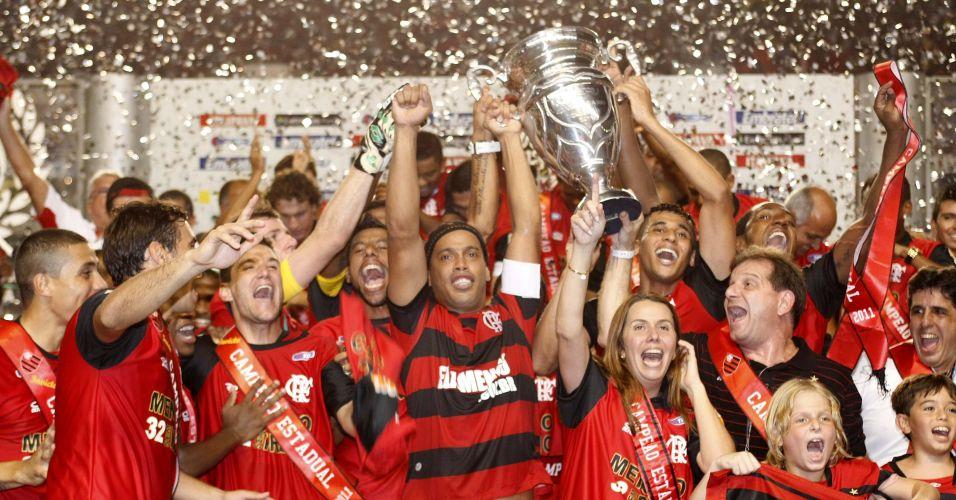 Jogadores do Flamengo erguem troféu após a conquista do título estadual diante do Vasco