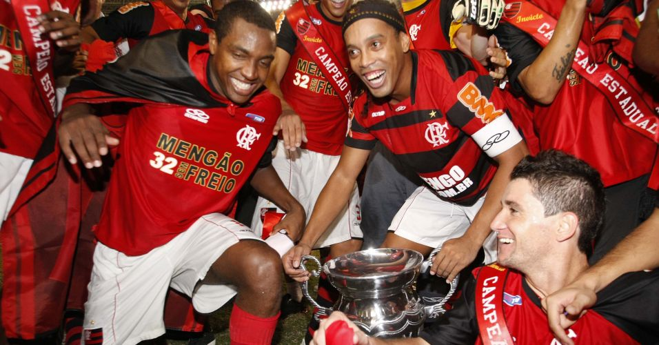 Jogadores do Flamengo erguem troféu após a conquista do título estadual diante do Vasco nos pênaltis