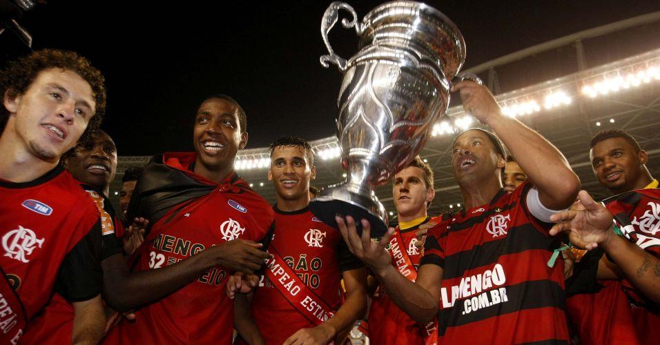 Ronaldinho Gaúcho ergue troféu após a conquista do título estadual diante do Vasco nos pênaltis