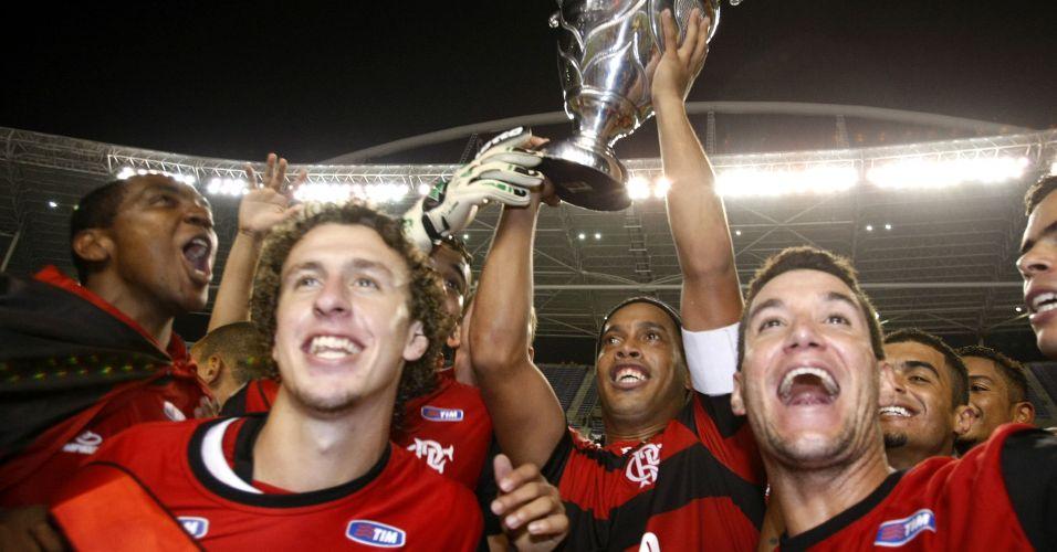 Ao lado de Thiago Neves, Ronaldinho Gaúcho ergue troféu após a conquista do título estadual diante do Vasco nos pênaltis
