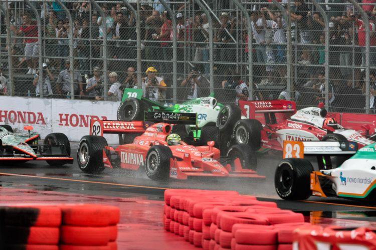 Após largada, pilotos se envolvem em acidente; Kanaan, Castroneves e Danica Patrick foram os principais prejudicados com a batida