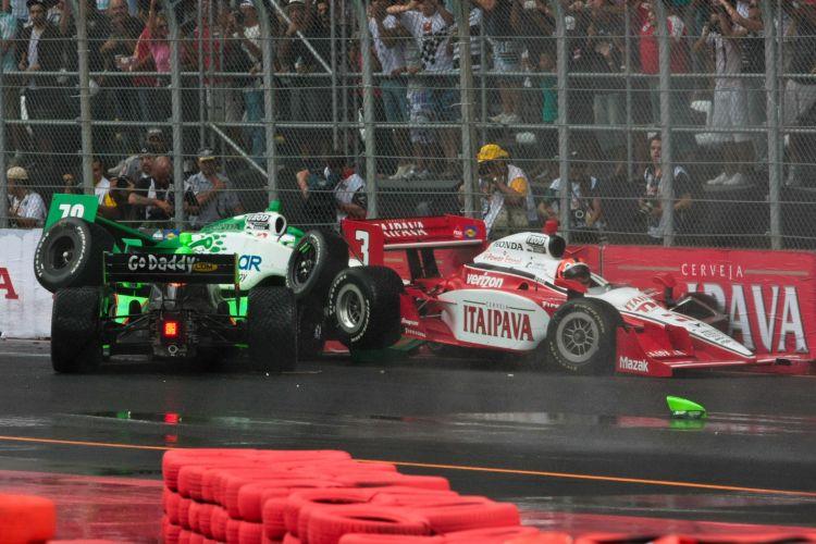 Detalhe do acidente envolvendo Danica Patrick, Helio Castroneves (3) e Simona de Silvestro, que ainda tiraria Tony Kanaan da prova paulistana da Fórmula Indy.