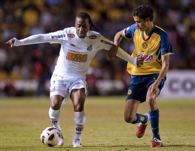 Arouca é marcado por Reyes durante o jogo entre América-MEX e Santos