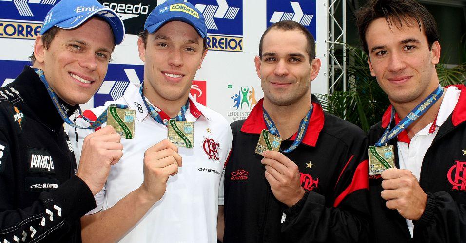Cesar Cielo, Henrique Rodrigues, Nicholas Santos e Ramom Melo, da equipe do Flamengo, durante a premiação do revezamento 4x50 metros livre no Troféu Maria Lenk
