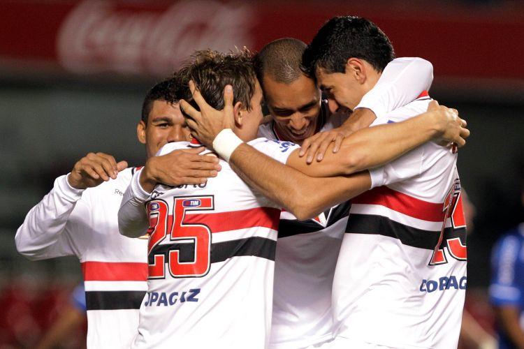 Jogadores do São Paulo comemoram primeiro gol contra o Avaí no Morumbi