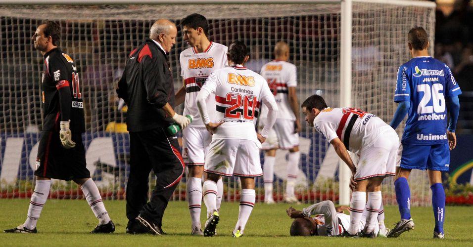 Médico do São Paulo entra em campo para atender o zagueiro Miranda, no chão