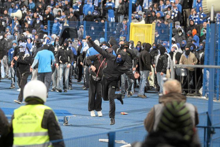 Após a invasão de campo, torcedores entraram em conflito com a polícia polonesa no estádio
