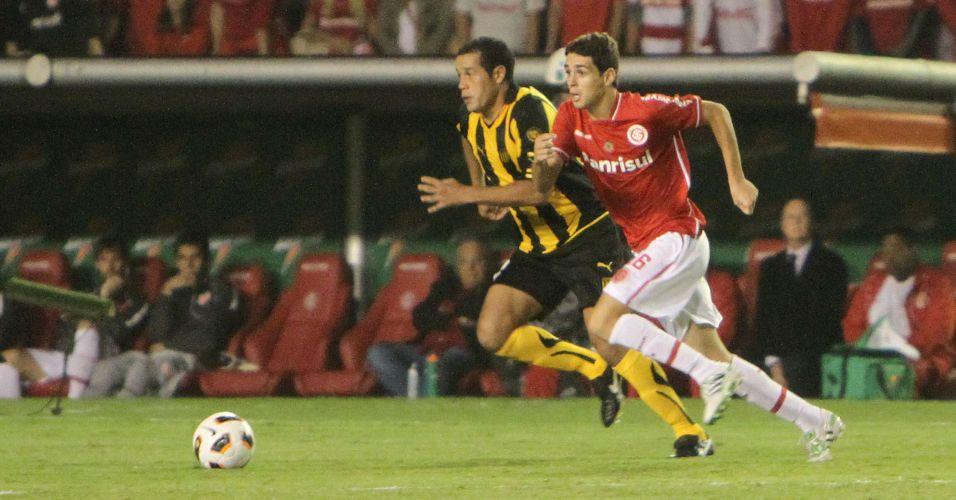 Oscar parte com a bola contra a marcação do Peñarol na partida pelas oitavas de final da Libertadores no Beira-Rio