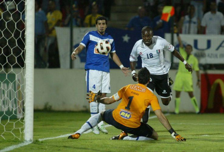 Renteria finaliza em frente ao goleiro Fábio na partida entre Cruzeiro e Once Caldas em Sete Lagoas