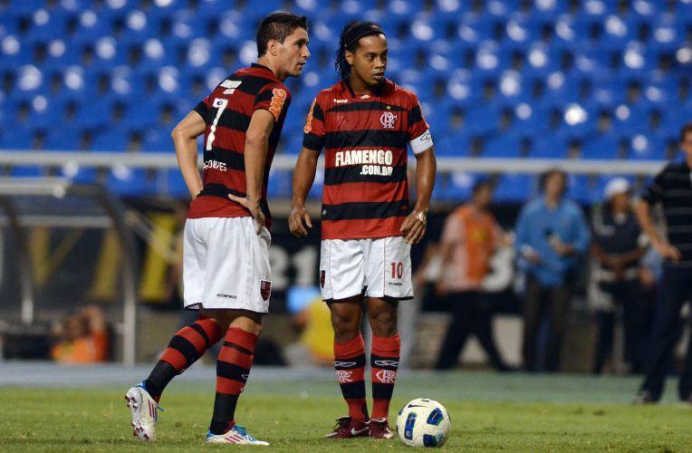 Ronaldinho Gaúcho e Thiago Neves se preparam para cobrar falta para o Flamengo no duelo contra o Ceará