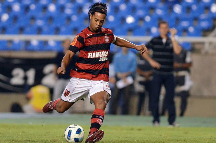 Ronaldinho Gaúcho cobra falta durante o duelo entre Flamengo e Ceará
