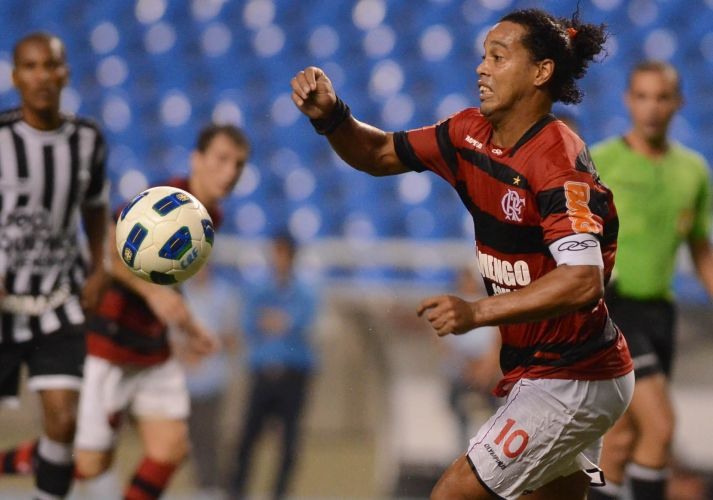 Ronaldinho Gaúcho tenta armar ataque do Flamengo no duelo contra o Ceará