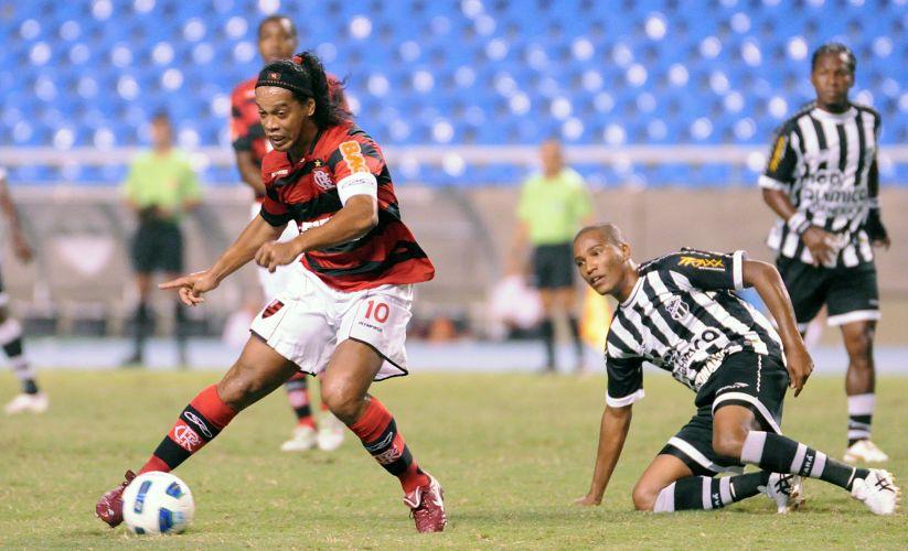 Ronaldinho Gaúcho passa pela marcação durante o jogo entre Flamengo e Ceará