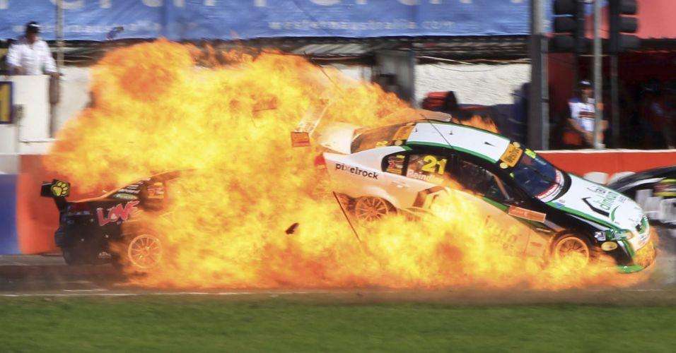 Carro do piloto australiano Karl Reindler pega fogo em etapa do Campeonato Australiano de Stock Car