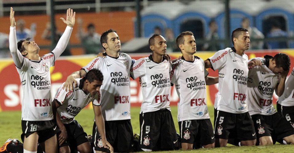 Jogadores do Corinthians rezam em campo na disputa de pênaltis com o Palmeiras na semifinal do Campeonato Paulista