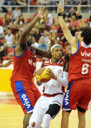David Teague é marcado por dois jogadores de Franca. Equipe paulista venceu Flamengo no Rio de Janeiro