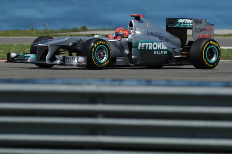 Michael Schumacher pilota sua Mercedes pelo circuito de Istambul Park durante treino de classificação do GP da Turquia. Piloto alemão largará em oitavo