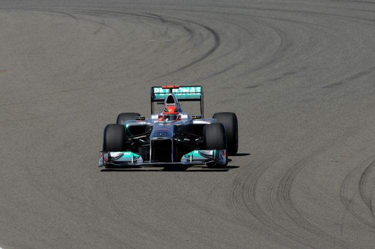 Michael Schumacher conduz sua Mercedes pelo circuito de Istambul Park no treino de classificação do GP da Turquia. Piloto alemão largará em oitavo