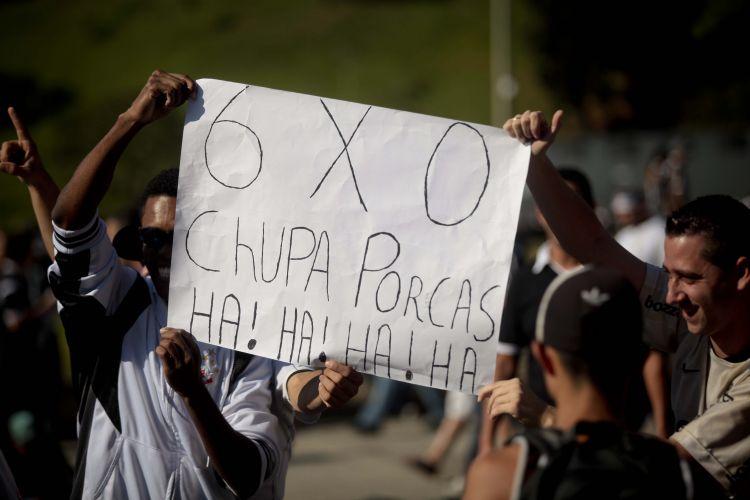 Torcedores do Corinthians aproveitam para tirar sarro do Palmeiras na porta do Pacaembu antes da final do Paulistão